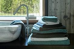 Stapel Handtücher von Gute N8! neben dem Waschbecken im Badezimmer