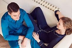 Paar auf der Couch in Loungewear von Gute N8!