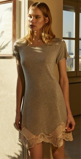 Blonde Frau in grauer Nachtwäsche von Gute N8!